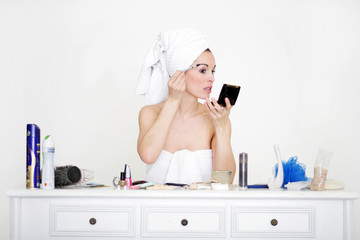Attraktive Frau schminkt sich