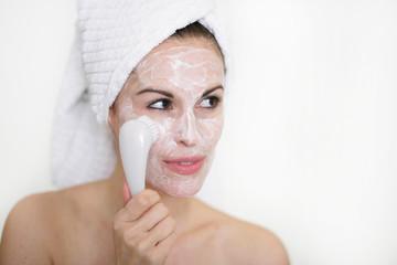 Frau reinigt ihr Gesicht