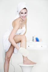 Frau reinigt ihren Körper