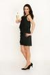 Frau mit Sektglas und schwarzem Kleid