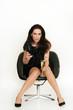 Frau sitzt im Sessel mit Sekt