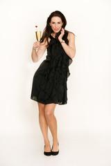 Attraktive Frau mit schwarzem Kleid