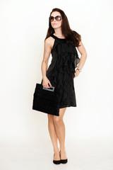 Frau mit Sonnenbrille und schwarzem Kleid