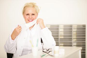 Hübsche blonde Zahnärztin