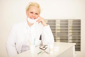 Attraktive blonde Zahnärztin