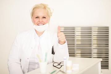 Erfolgreiche blonde Zahnärztin