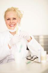 Blonde Zahnärztin