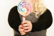 Frau mit Lollipop