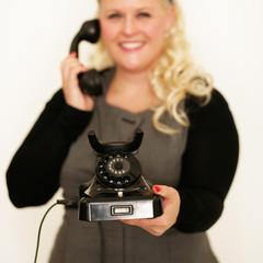 Junge Frau beim Telefonieren