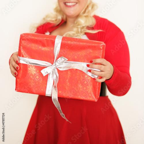 Hübsche Frau mit Geschenk