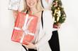 junge Frau freut sich über Weihnachtsgeschenke