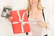 blondes Mädchen freut sich über Geschenke