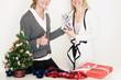 Frauen freuen sich über Geschenke an Weihnachten