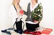 Frau mit Sparschwein am Weihnachtstisch