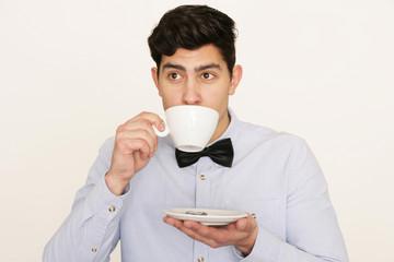Hübscher Mann trinkt Kaffee