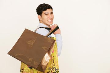 Attraktiver Mann beim Einkaufen