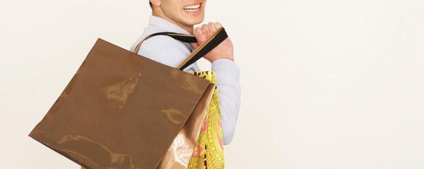 Mann mit Einkaufstaschen