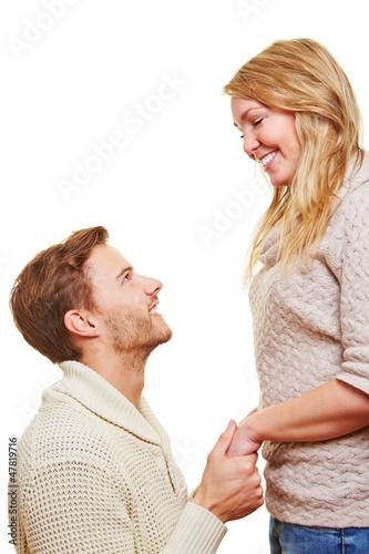 Mann bittet Partnerin um Verzeihung