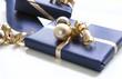 Drei blau verpackte Geschenke mit Weihnachtsdekoration