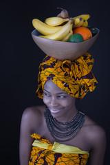 Afrikanerin mit Früchten am Kopf