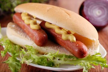 panino con wurstel e senape - hot dogs