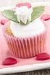 valentinstag cupcake mit weisser rose