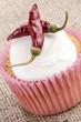 cupcake mit Zuckerguss und scharfer Paprikaschote