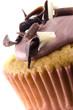 cupcake dekoriert mit schokoladenflocken