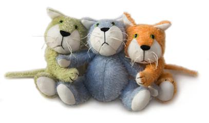 trois chatons en peluche