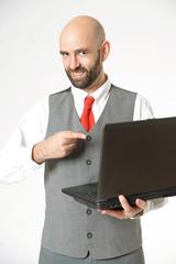 Lachender Geschäftsmann mit Notebook