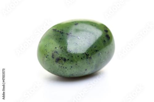 Mineralien: Jade - Nephrit auf weißem Hintergrund