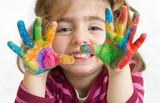 Fototapety niña preescolar con las manos pintadas