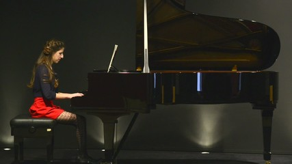 PIANO TOCADO POR CHICA