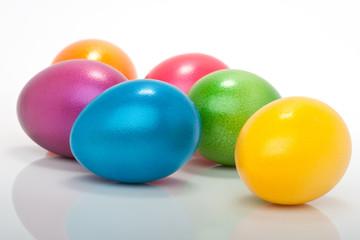 bunte farbige Ostereier auf weissem Hintergrund