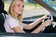 Attraktive junge Frau sitzt im Auto