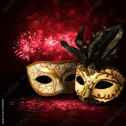 Złote maski karnawałowe na tle fajerwerków - 47843910