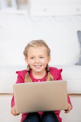 lachendes mädchen mit laptop