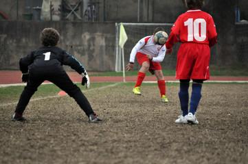 Alcuni ragazzi si sfidano ad una partita di calcio