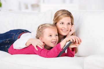 mutter und tochter schauen zusammen fernsehen