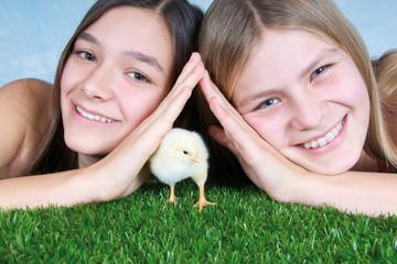 Zwei junge Mädchen mit kleinem Hühnerküken