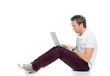 student schaut auf sein laptop