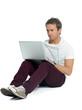 student arbeitet konzentriert am laptop