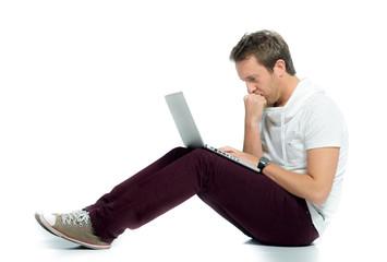 mann schaut nachdenklich auf sein laptop