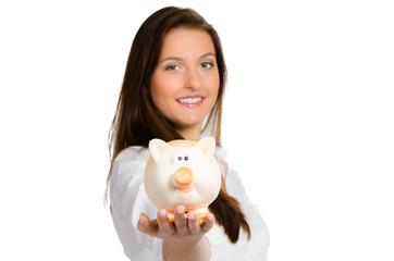 junge frau zeigt ihr sparschwein