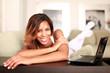 glückliche Frau enstpannt auf der Couch