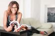 Frau liest Zeitung auf der Couch