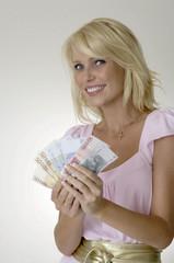 Frau mit Eurogeld in der Hand