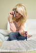 Junge Frau mit Handy auf Jobsuche