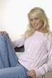 Glückliche  junge blonde Frau