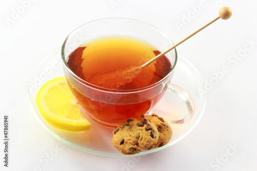 Schwarzer Tee mit Zitrone und Kandis im Tee